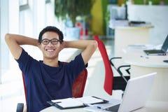 Hombre de negocios asiático joven que trabaja en la oficina Foto de archivo libre de regalías