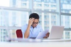 Hombre de negocios asiático joven que trabaja en la oficina Imagen de archivo