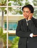 Hombre de negocios asiático que habla en el teléfono fotos de archivo