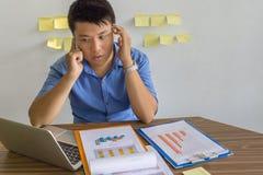 Hombre de negocios asiático que habla en el teléfono en la compañía imagen de archivo libre de regalías