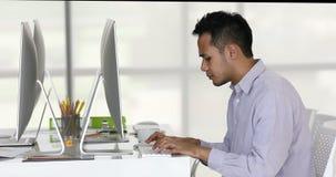 Hombre de negocios asiático que mecanografía en el teclado almacen de metraje de vídeo