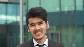 Hombre de negocios asiático que mira in camera metrajes