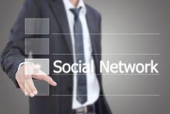 Hombre de negocios asiático que pone la red social. Imagen de archivo