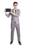 Hombre de negocios asiático que presenta la tableta de la calculadora numérica Fotos de archivo