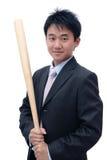 Hombre de negocios asiático que sostiene el bate de béisbol Imagenes de archivo