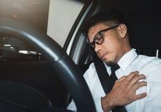Hombre de negocios asiático que tiene ataque del corazón imagen de archivo