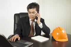 Hombre de negocios asiático que trabaja con el labtop Fotos de archivo