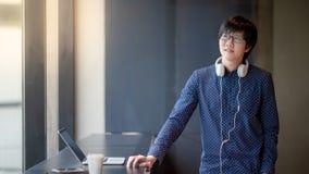 Hombre de negocios asiático que trabaja con el ordenador portátil Fotos de archivo