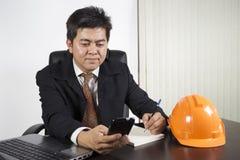 Hombre de negocios asiático que trabaja en el escritorio Fotos de archivo libres de regalías