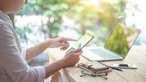 Hombre de negocios asiático que usa la tableta digital fotografía de archivo libre de regalías