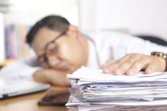 Hombre de negocios asiático soñoliento cansado Having Overworked imágenes de archivo libres de regalías