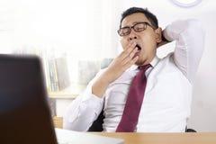 Hombre de negocios asiático soñoliento cansado Having Overworked imagen de archivo