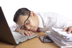 Hombre de negocios asiático soñoliento cansado Having Overworked fotografía de archivo libre de regalías