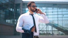 Hombre de negocios asiático Talking por Smartphone metrajes