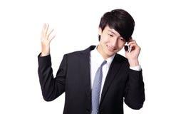 Hombre de negocios asiático usando el teléfono móvil Fotos de archivo libres de regalías