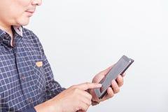 Hombre de negocios asiático usando una PC de la tableta en el fondo blanco Imagen de archivo