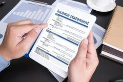 Hombre de negocios Assessment Balance del empleo de la declaración de renta Imagen de archivo