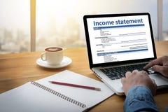 Hombre de negocios Assessment Balance del empleo de la declaración de renta Foto de archivo