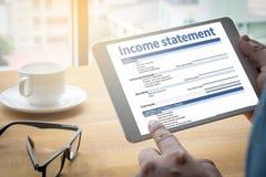 Hombre de negocios Assessment Balance del empleo de la declaración de renta Imágenes de archivo libres de regalías