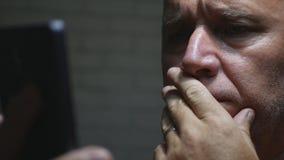 Hombre de negocios asustado y aterrorizado Face Reading un mún mensaje en el teléfono móvil fotografía de archivo libre de regalías
