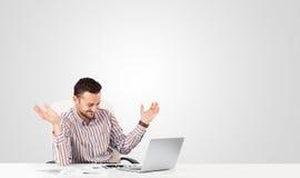 Hombre de negocios atractivo con el espacio blanco llano de la copia Imagen de archivo libre de regalías