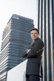 Hombre de negocios atractivo del retrato corporativo que coloca al aire libre edificios de oficinas urbanos Imágenes de archivo libres de regalías