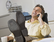 Hombre de negocios atractivo en el teléfono. Fotos de archivo libres de regalías