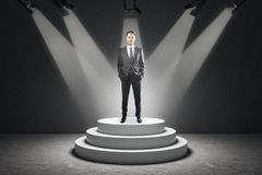 Hombre de negocios atractivo en pedestal fotografía de archivo