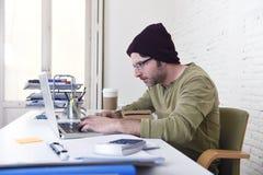 Hombre de negocios atractivo joven del inconformista que trabaja de su Ministerio del Interior como modelo comercial independient Imagen de archivo