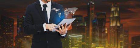 Hombre de negocios atractivo que trabaja en la tableta Hombre de negocios usando la tableta que analiza datos de las ventas y eco imágenes de archivo libres de regalías