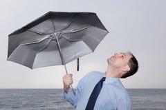 Hombre de negocios bajo el paraguas imagenes de archivo