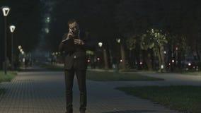 Hombre de negocios barbudo adulto que habla en el teléfono celular almacen de metraje de vídeo