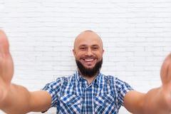 Hombre de negocios barbudo casual que toma la foto de Selfie fotos de archivo libres de regalías