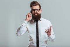 Hombre de negocios barbudo con el artilugio Fotos de archivo libres de regalías