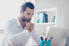 Hombre de negocios barbudo concentrado y confiado en el th blanco de la camisa foto de archivo libre de regalías