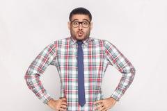 Hombre de negocios barbudo hermoso sorprendido en la camisa a cuadros, azul fotografía de archivo libre de regalías