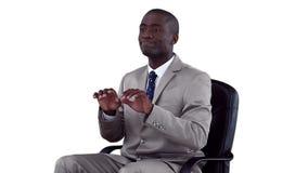 Hombre de negocios bien vestido que mecanografía en un teclado virtual metrajes