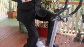 Hombre de negocios Bike Tilt Up almacen de metraje de vídeo