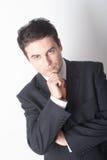 Hombre de negocios blanco de pensamiento en juego con la mano en la barbilla fotografía de archivo