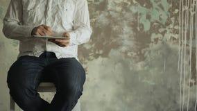 Hombre de negocios blanco elegante joven usando digital almacen de video