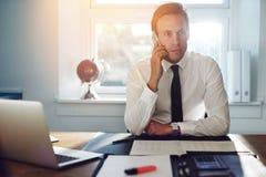 Hombre de negocios blanco joven que habla en el teléfono imágenes de archivo libres de regalías