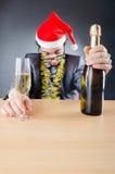 Hombre de negocios borracho después de la fiesta de Navidad imagen de archivo