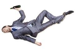 Hombre de negocios borracho en suelo imagenes de archivo
