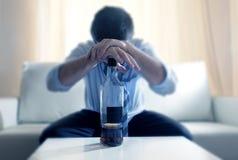 Hombre de negocios borracho perdido y botella de whisky en alcoholismo imagenes de archivo