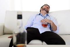 Hombre de negocios borracho perdido y botella de whisky en alcoholismo imágenes de archivo libres de regalías