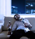 Hombre de negocios borracho perdido y botella de whisky en concepto del alcoholismo foto de archivo libre de regalías
