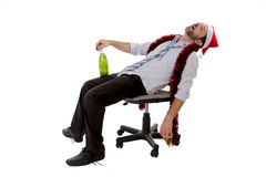 Hombre de negocios borracho que duerme después de beber el champán en la fiesta de Navidad de la oficina foto de archivo