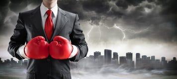 Hombre de negocios In Boxing Gloves con paisaje urbano imágenes de archivo libres de regalías