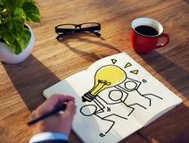 Hombre de negocios Brainstorming en un concepto sobre ideas Imagen de archivo