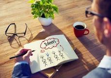 Hombre de negocios Brainstorming y dibujo sobre ideas Fotos de archivo